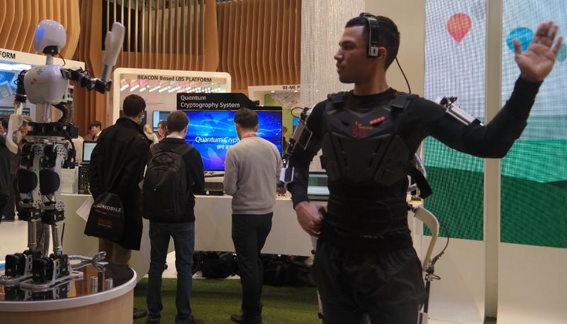 Robot 5G mengikuti gerakan tangan