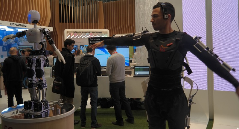 Robot 5G mengikuti gerakan tangan2