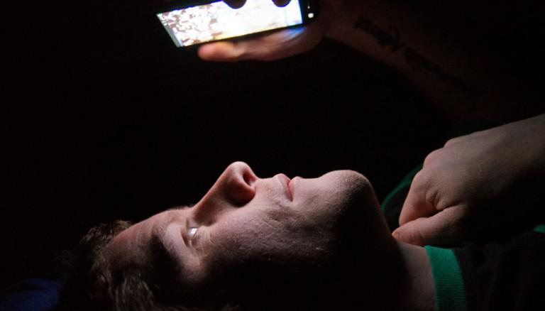 Cahaya Biru Layar Ponsel Bisa Akibatkan Kebutaan