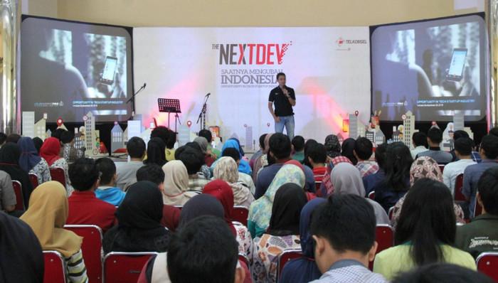 CEO iGrow Andreas Senjaya, menjadi salah satu pembicara acara Roadshoe program NextDev 2016 di Institut Pertanian Bogor (dok.telkomsel)