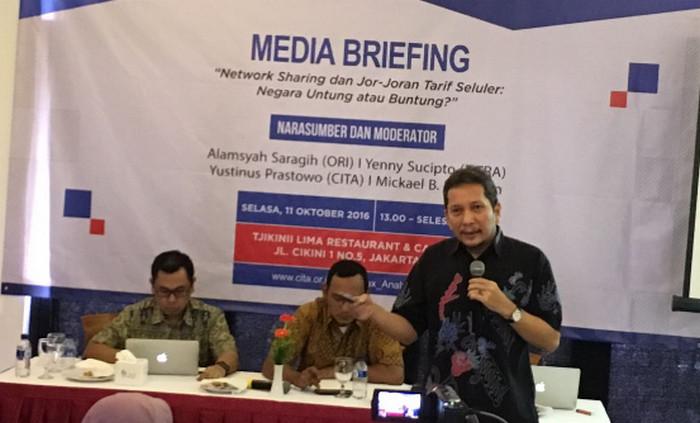 Suasana diskus saat media briefing mengenai network sharing dan interkoneksi di Jakarta