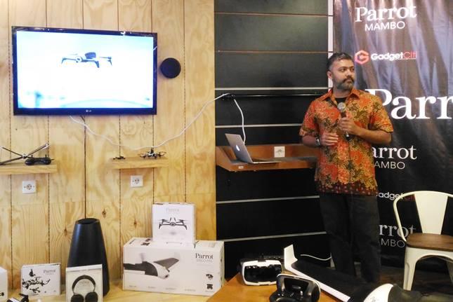 Siraj. B (Key Account Manager Parrot Singapura) ketika menjelaskan salah satu drone dari Parrot. (Faisal/telset.id)