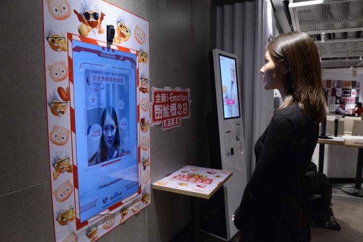 Pesan Makanan Berdasarkan Ekspresi Wajah? Cuma Bisa di KFC Ini
