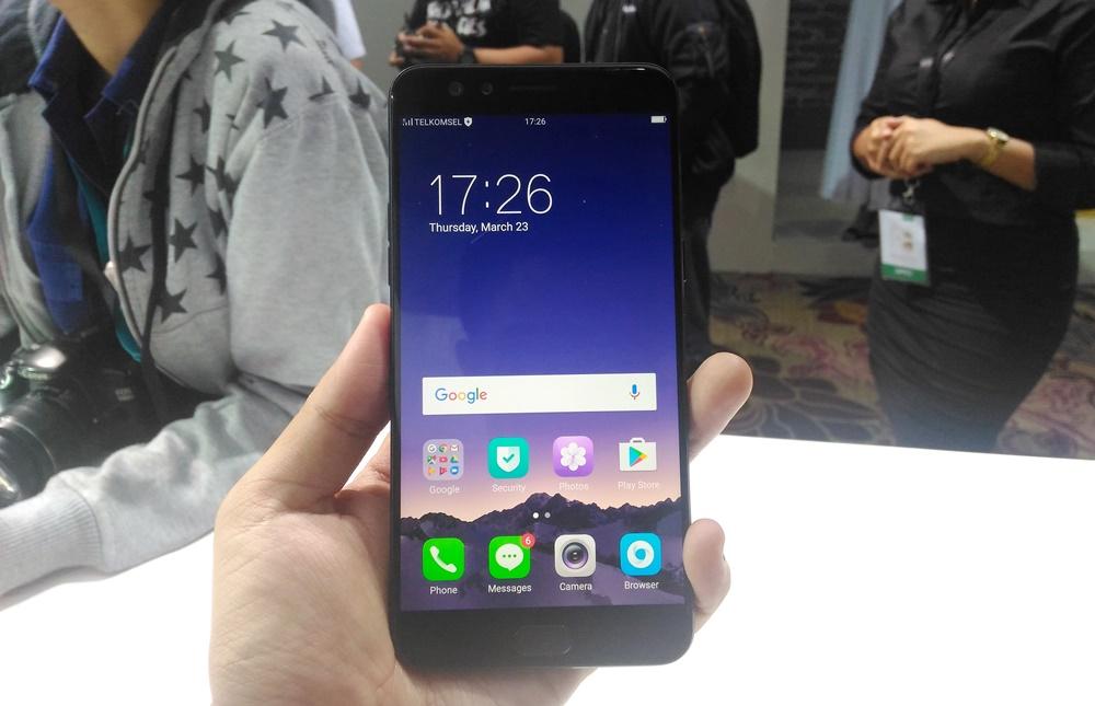 Karena hanya memiliki perbedaan di sisi warna saja, otomatis Oppo F3 Plus versi Gold dan juga Black memiliki spesifikasi yang sama.
