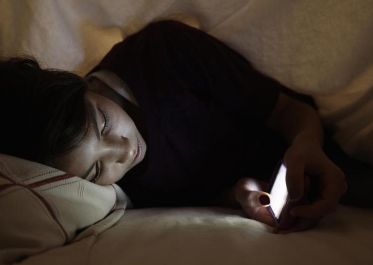 5 Resiko Gunakan Ponsel Sebelum Tidur
