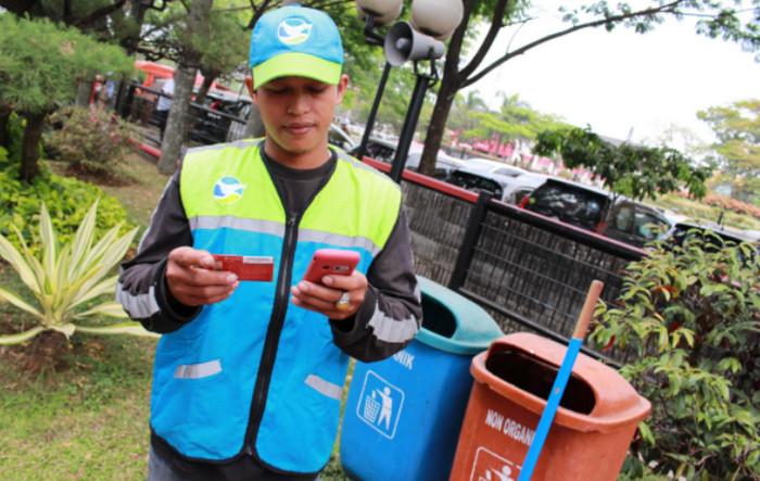 Raih Adipura, Telkomsel Fasilitasi Petugas Kebersihan Kota Bandung