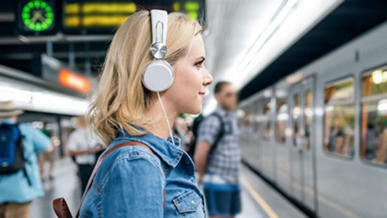 Tips Nyaman Nikmati Musik Hanya dengan Satu Earbud