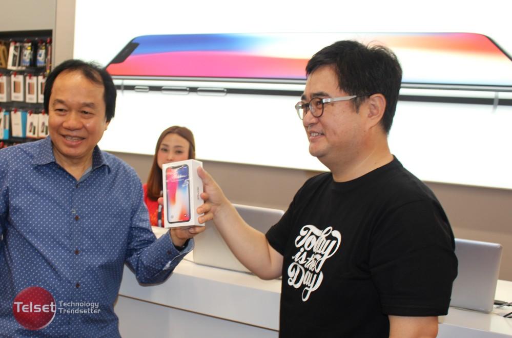 Pembeli iPhone X pertama