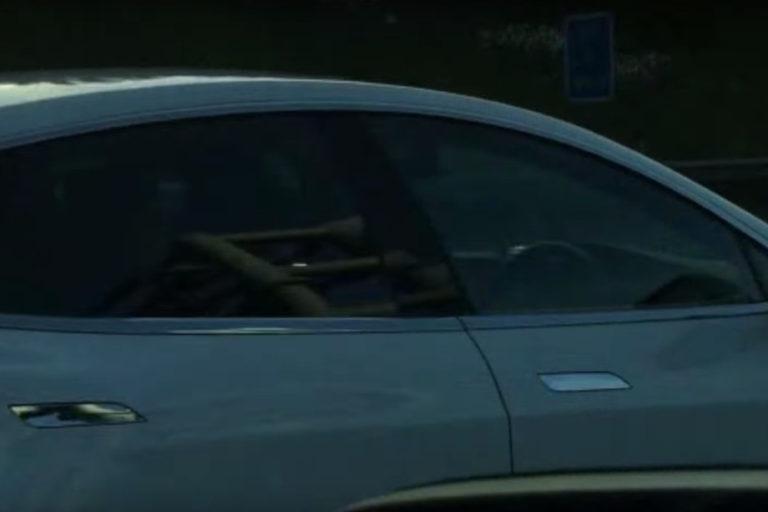 Bahaya! Tesla S 60 Dibiarkan Berjalan Sendiri Tanpa Pengemudi