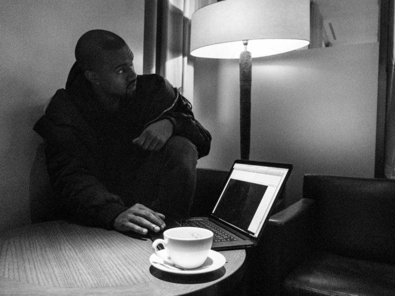 Rapper Kanye West Tutup Kamera MacBook Pakai Selotip, Kenapa?