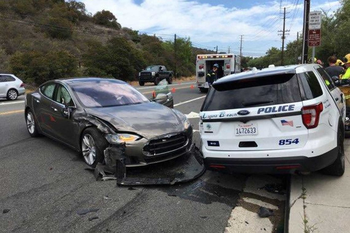 Mobil Tesla Tabrak mobil Polisi