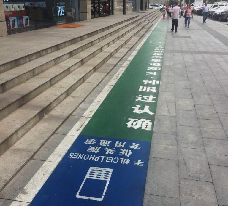 Di China Ada Jalur Khusus Pejalan Kaki Sambil Main Ponsel
