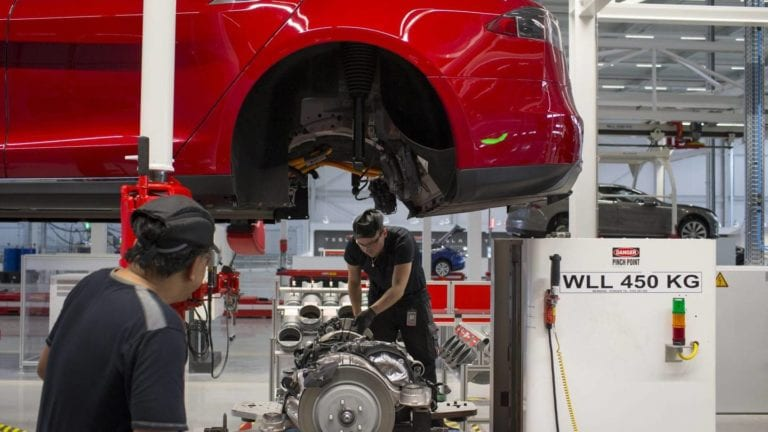 Selalu Lembur, Karyawan Tesla Wajib Minum Red Bull