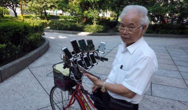 Sangar! Kakek Ini Berburu Pokemon Pakai 11 Ponsel