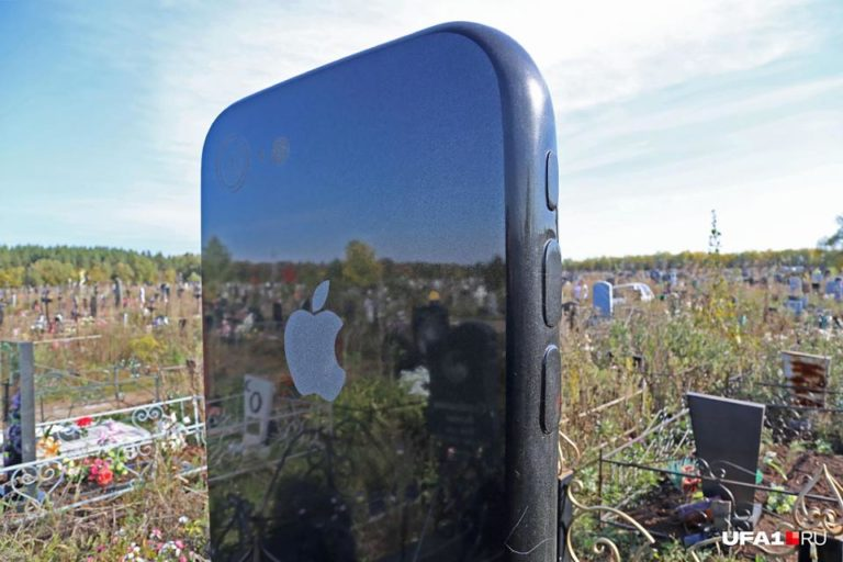 Di Rusia, iPhone Dibikin Jadi Batu Nisan