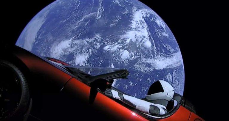 Roket SpaceX Pembawa Mobil Tesla Lewati Orbit Mars