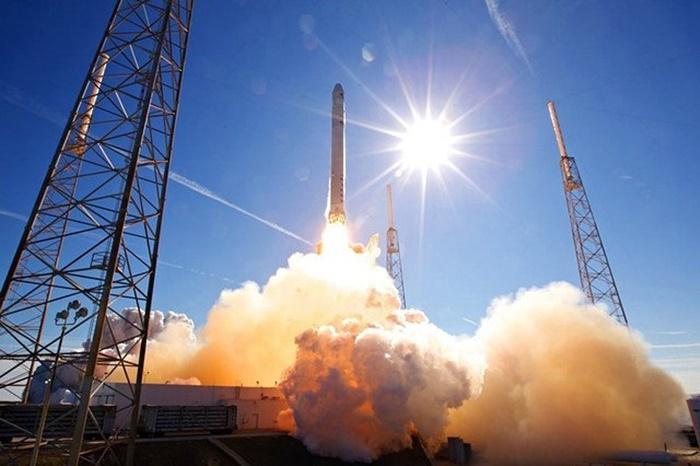 Roket SpaceX Lakukan Misi Keamanan Pertama untuk AS