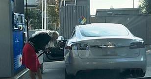 """Viral, Wanita Ini Nyaris """"Suapi"""" Mobil Listrik dengan BBM"""