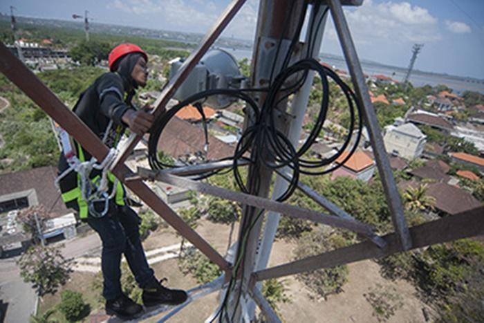 Pekerja memeriksa antena di menara BTS XL Axiata saat inspeksi peralatan telekomunikasi menjelang berlangsungnya pertemuan IMF-Bank Dunia di Tanjung Benoa, Nusa Dua, Jumat (5/10). Pemeriksaan tersebut untuk memastikan jaringan komunikasi seluler memadai karena pertemuan tahunan IMF- Bank Dunia yang berlangsung 7 - 14 Oktober 2018 diprediksi akan meningkatkan lalu lintas komunikasi seluler hingga 30 persen. ANTARA FOTO/Nyoman Budhiana/foc/18.