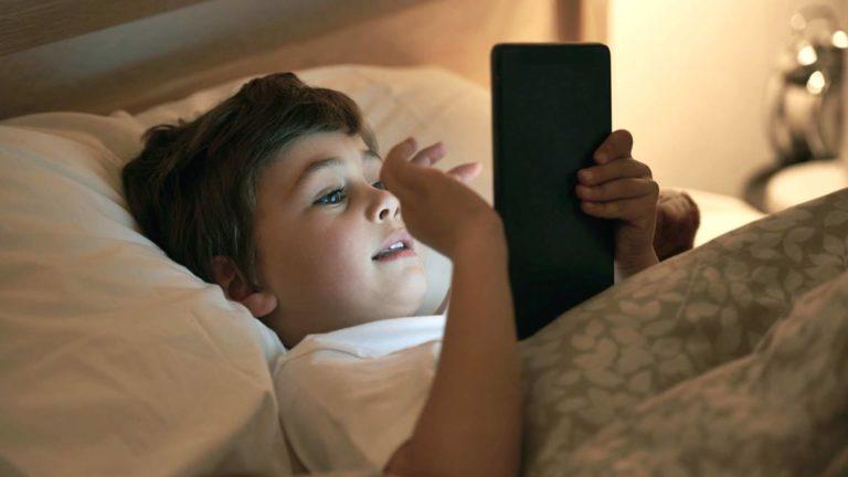Main <i>Gadget</i> Malam Hari Bikin Anak-anak Susah Tidur