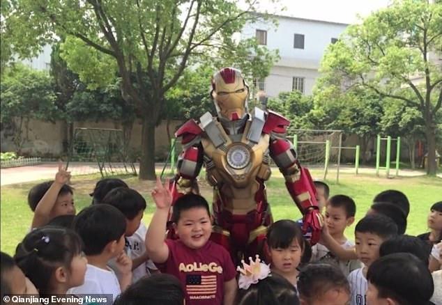 Salut! Saat Iron Man Harus Jemput Anak ke Sekolah