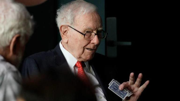 Punya Saham Apple, Warren Buffett Pilih Pakai Ponsel Jadul Samsung