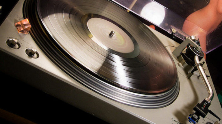 Penjualan CD dan Vinyl Kalahkan Unduhan iTunes