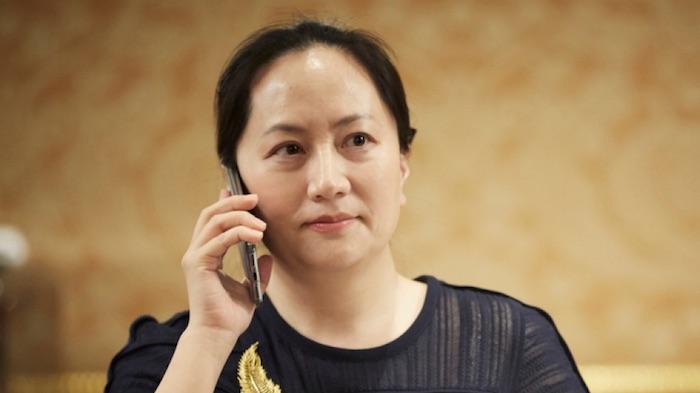 Oops! Bos Huawei Ketahuan Bawa iPhone Saat Diciduk Polisi