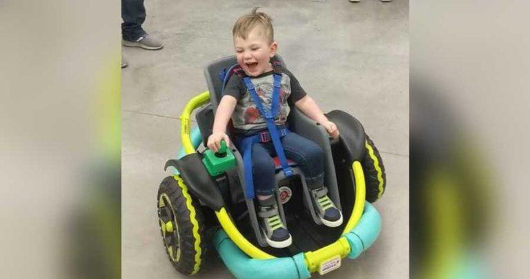 <i>Sweet!</i> Sekelompok Siswa Buatkan Bocah Disabilitas Mobil Mainan Pintar
