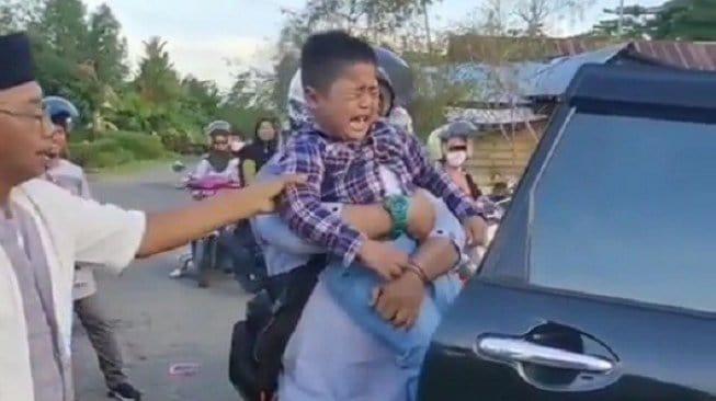 Bocah Ini Ngamuk Karena Susah Sinyal di Kampung Halaman