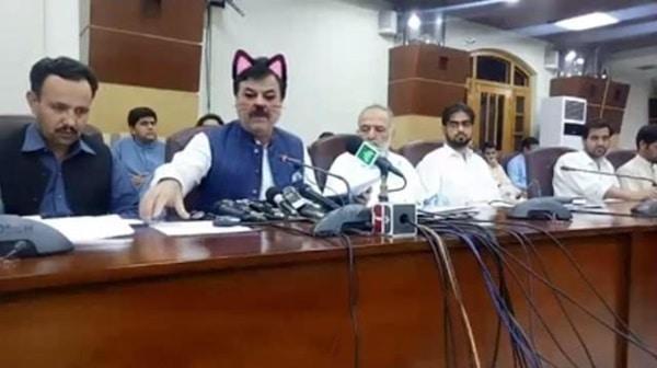 """Kocak! Menteri Ini Pakai """"Filter Kucing"""" saat Konferensi Pers"""