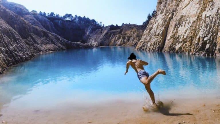Konyol! Demi Konten, Instagramer Ini Berenang di Danau Beracun