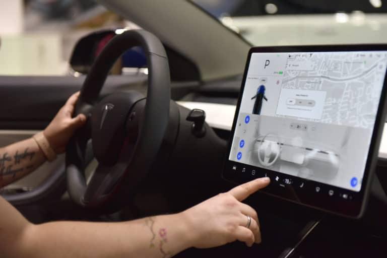 Selain Main Game, Pengemudi Tesla Bisa Nonton Netflix di Mobil