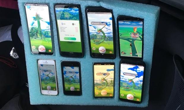Buset! Sopir Ini Pakai 8 Ponsel untuk Main Pokemon Go