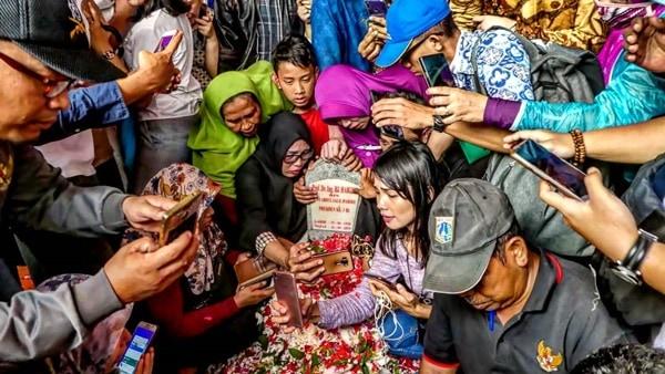 Warga Berebut Doa dan Selfie di Makam BJ Habibie