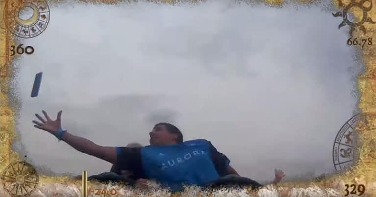 Kocak! Pria Ini Tangkap 'iPhone Terbang' di Atas Roller Coaster