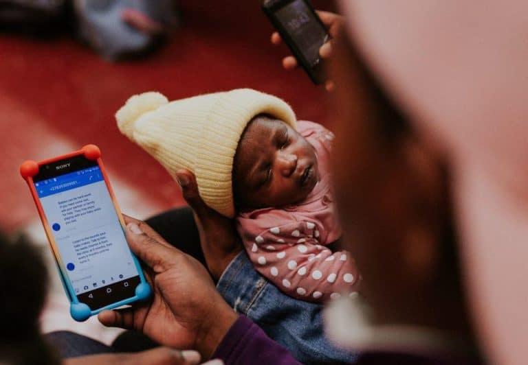 """Petugas Kesehatan di India """"Menjaga"""" Ibu dan Bayi via Smartphone"""