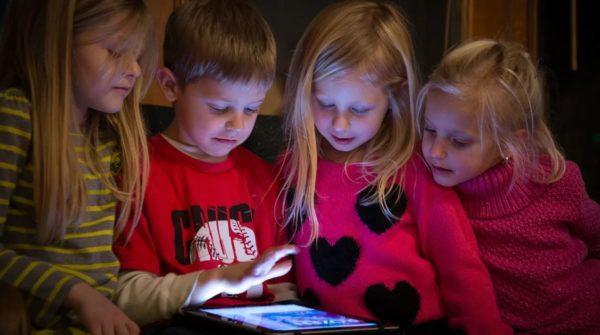 bermain Gadget perkembangan otak anak