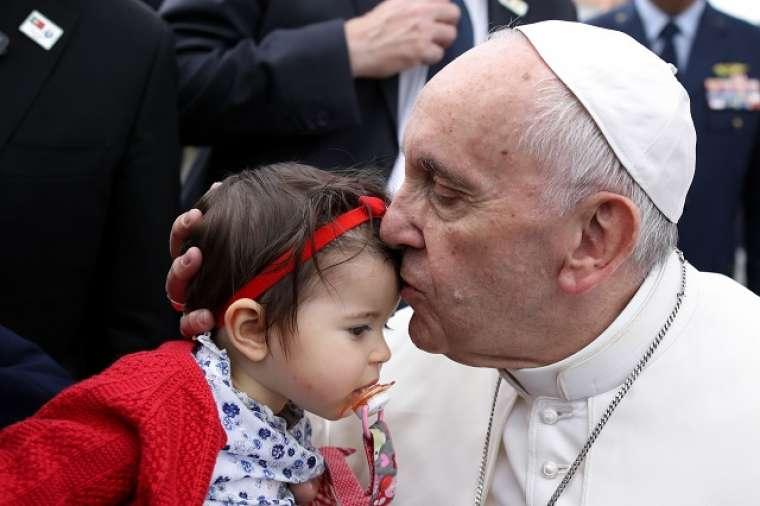 Paus Minta Facebook dkk Tak Ambil Untung dari Anak-anak