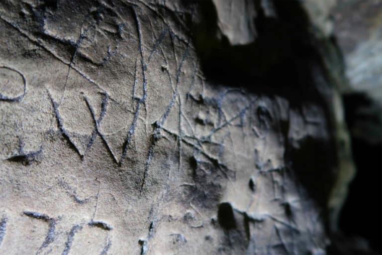 Hiii… Ada Tanda Penyihir Misterius di Gua Menyeramkan Inggris