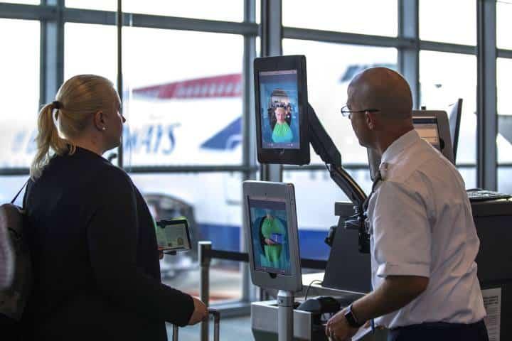 Sistem Pengenalan Wajah di Bandara 'Tertipu' Topeng