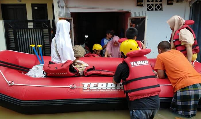 Tim TERRA Telkomsel Bantu Korban Banjir di Bekasi