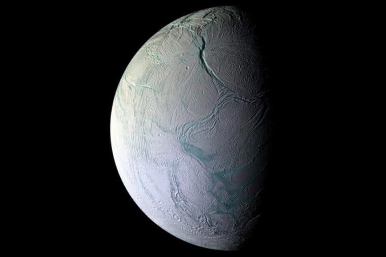 Bulan Misterius Saturnus Mendukung Kehidupan Alien?