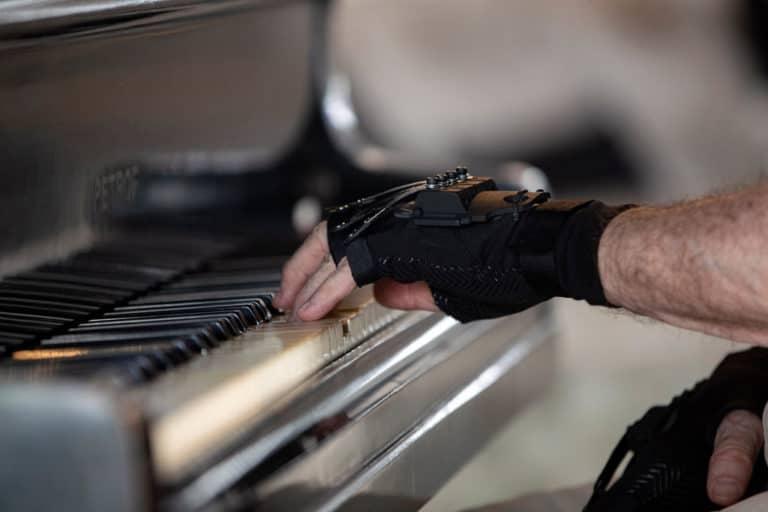 Sarung Tangan Ajaib Bantu Pianis Terkenal Main Piano Lagi