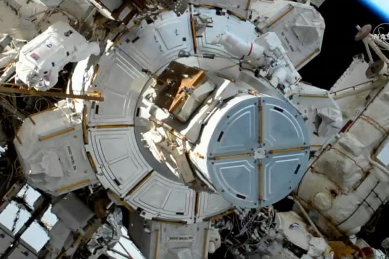 Hebat! Astronot Perempuan NASA Ganti Baterai ISS di Luar Angkasa