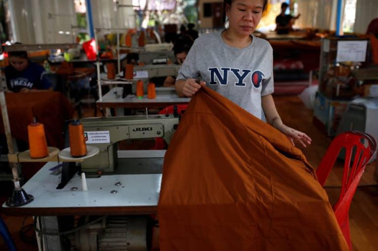 Salut! Kuil Budha Thailand Daur Ulang 40 Ton Plastik jadi Jubah