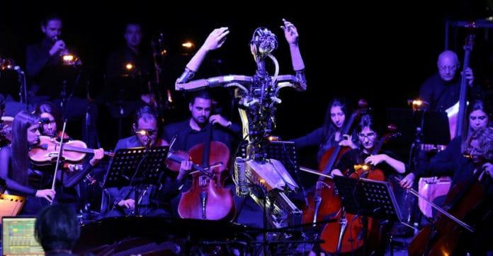 Robot Humanoid konduktor pentas orkestra