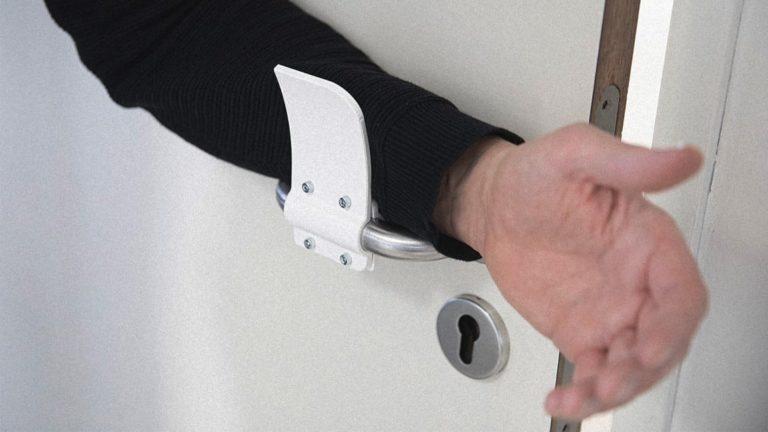 Alat Ini Bantu Anda Buka Pintu Tanpa Menyentuh Gagang