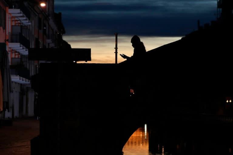 Italia, Inggris dkk Lacak Smartphone untuk Setop Corona