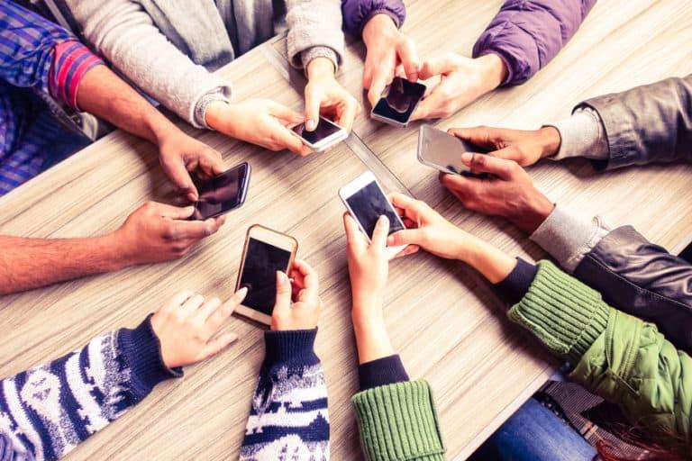 Penting! Cara Aman Bersihkan Ponsel dari Virus Corona